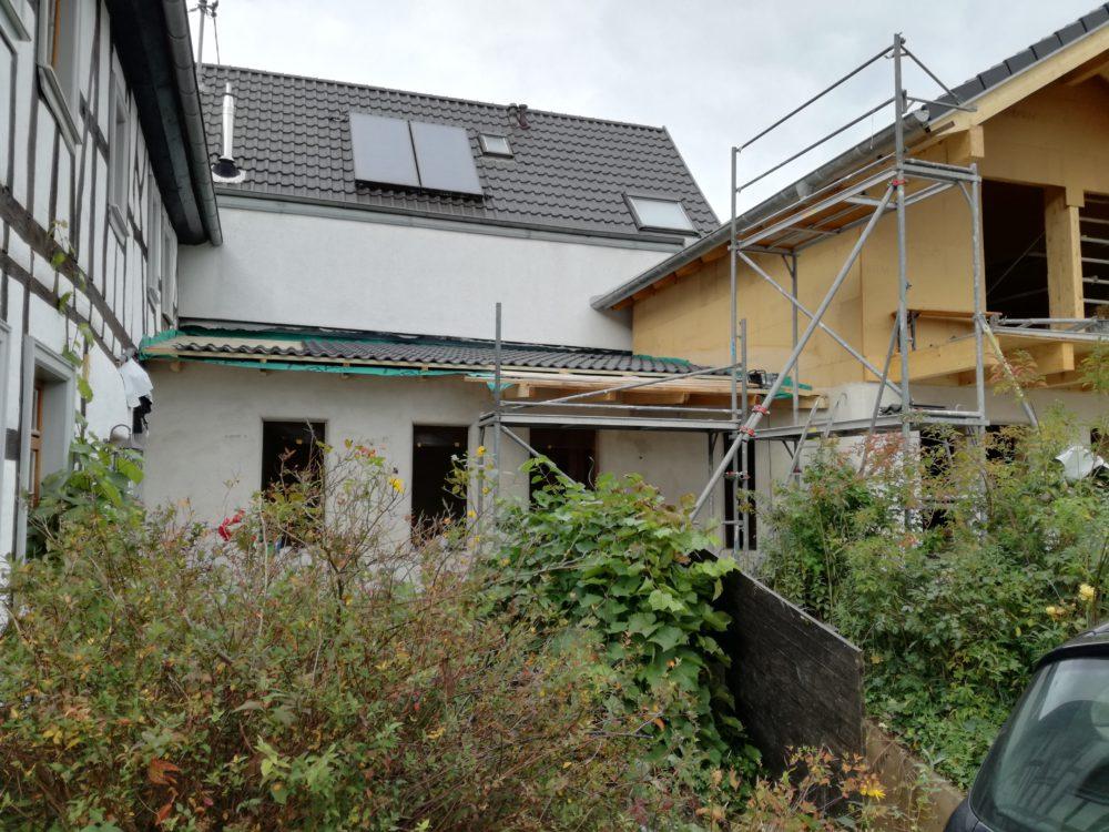 Strohballenanbau - Dachüberstand
